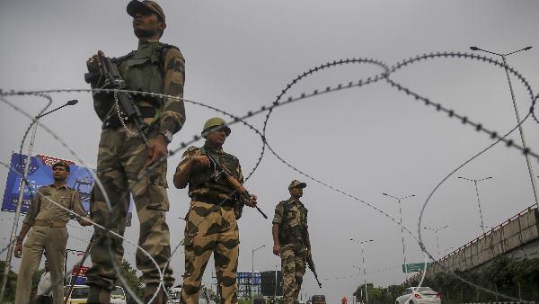 सरकार ने जम्मू कश्मीर में रह रहे बाहरी लोगों के लिए जारी किए हेल्पलाइन नंबर, स्पेशल ट्रेनों की घोषणा