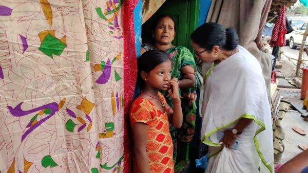mamata banerjee got angry as she saw 2 toilets for 400 people in howrah slums