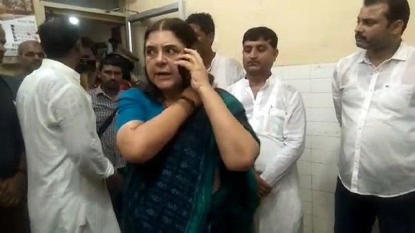 watch video: Maneka Gandhi reprimanded the CHC Superintendent Dr. RA Ratnakar in sultanpur