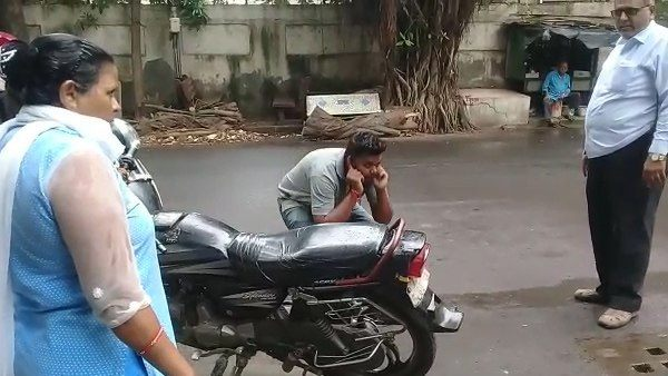 watch video: surat Young man gets Punishment after spitting on the street