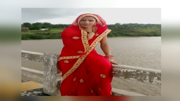 pithampur newly married woman drowned in narmada river while taking selfie