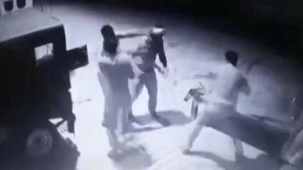 <strong>VIDEO:रिश्वत के पैसे के लिए आपस में भिड़े पुलिसवाले, जमकर एक दूसरे पर भांजी लाठियां </strong>
