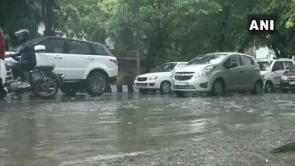 Heavy rain in delhi leads to traffic jam in many areas