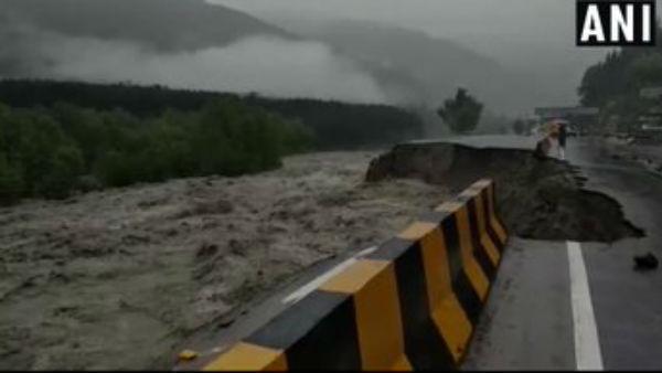 यह पढ़ें: Live: भारी बारिश के चलते हिमाचल में 24 की मौत, दिल्ली में बाढ़ का अलर्ट