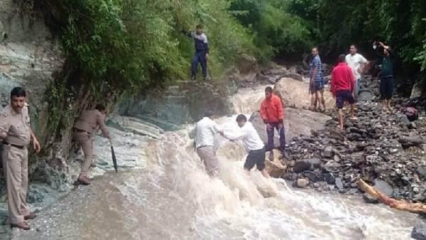 <strong>ये भी पढ़ें-उत्तराखंड में बारिश ने मचाई तबाही, बादल फटने से भारी नुकसान, मां-बेटी लापता</strong>