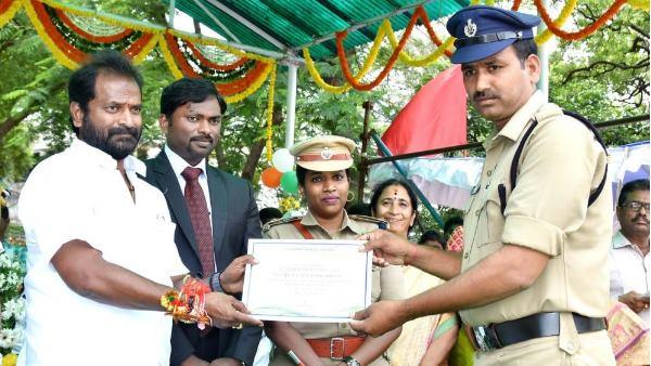 ये भी पढे़ं-तेलंगाना में 'बेस्ट कांस्टेबल' रिश्वत लेते गिरफ्तार, 15 अगस्त पर मिला था अवार्ड