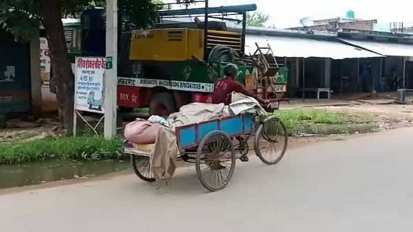 Husband brought his wife body 45 KM on Rickshaw when ambulance wasnt found