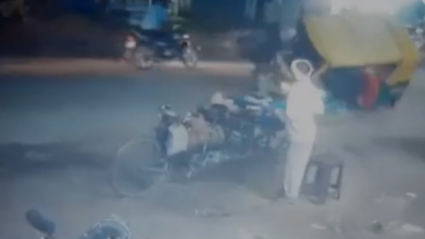 Auto overturned in bull fight on the road video