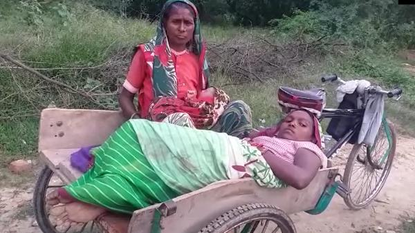 woman force go to home in rickshaw after govt hospital deny for ambulance