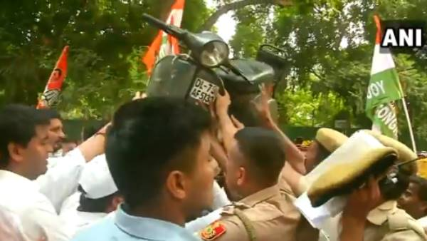 Indian Youth Congress protest outside residence of Nitin Gadkari against Motor Vehicle Act