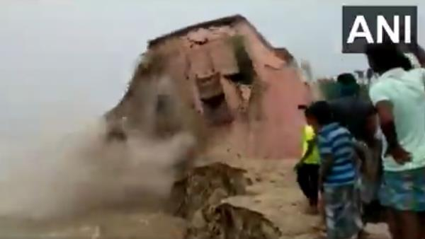 a school gets washed away in Ganga River at Katihar in ganga,watch video