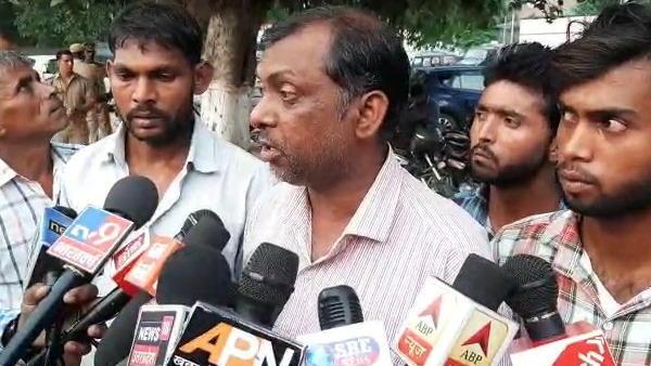 यह भी पढ़ें: दलित प्रधान ने किया गांव से पलायन, कहा- योगी सरकार के मंत्री के करीबी कर रहे दबंगई