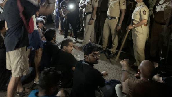 ये भी पढ़ें:मुंबई: आरे इलाके में पेड़ों की कटाई के बाद विरोध प्रदर्शन, धारा 144 लागू