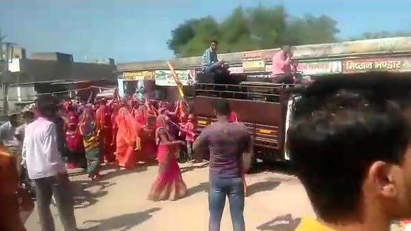 bees attack on dussehra jhanki at rajasthan, 60 people injured