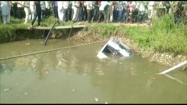 school-van-filled-with-children-collapsed-in-the-well-in-shajapur