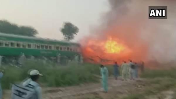 पाकिस्तान: कराची-रावलपिंडी तेजगाम एक्सप्रेस में आग लगने से 46 लोगों की मौत, 13 घायल