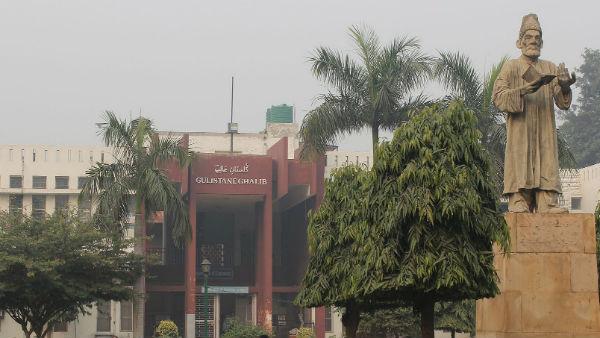 यह पढ़ें: Jamia Millia यूनिवर्सिटी में जमकर हुई मारपीट-तोड़फोड़, छात्रों ने लगाया प्रशासन पर गुंडों से पिटवाने का आरोप