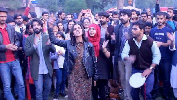 इसे भी पढ़ें- पाकिस्तान में 'सरफरोशी की तमन्ना...' गाकर सोशल मीडिया पर वायरल हुई ये लड़की आखिर कौन है?