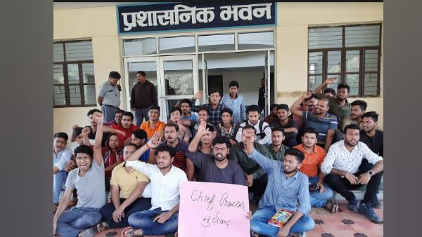 bhu chief deputy proctor force resigned after students protest over rss flag removal