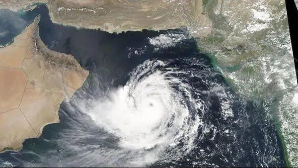 पढ़ें: अरब सागर से गुजरात की तरफ बढ़ रहा बादलों का तूफान, हजारों हेक्टेयर फसलें खतरे में