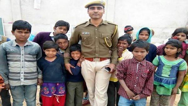 Aapni Pathshala : भीख मांगने वाले बच्चों के हाथों में कटोरे की जगह कलम थमा रहा कांस्टेबल धर्मवीर जाखड़, VIDEO
