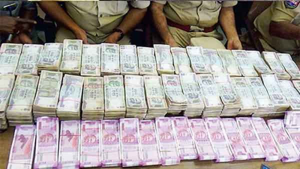 पढ़ें: नकली नोटों का गढ़ बन चुका है गुजरात, देश में पकड़ी गई कुल फेक करंसी का 32% यहीं मिला