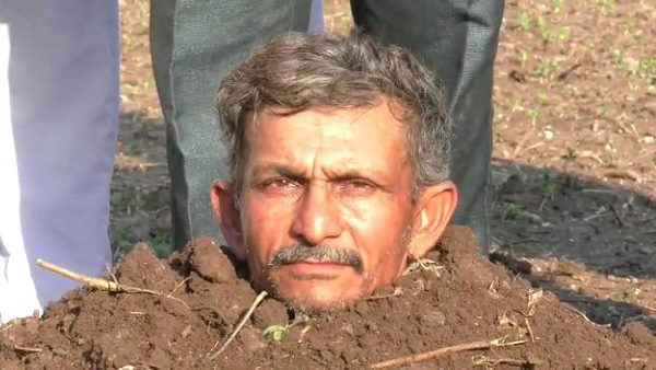 Watch video: A Gujarati farmer hidden his body inside land for crop insurance