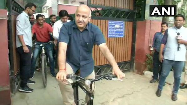 दिल्ली में ऑड-ईवन लागू होने के बाद साईकिल से ऑफिस पहुंचे मनीष सिसोदिया