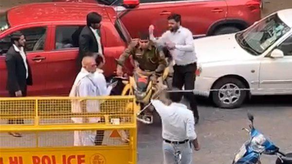 ये भी पढ़ें:दिल्ली: साकेत कोर्ट के बाहर हुई हिंसा के मामले में दो FIR दर्ज, पुलिसवाले के साथ मारपीट का मामला