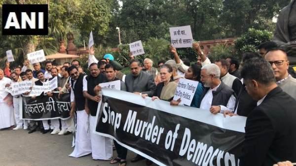 महाराष्ट्र में सरकार गठन के खिलाफ उतरीं सोनिया गांधी, संसद में किया विरोध प्रदर्शन