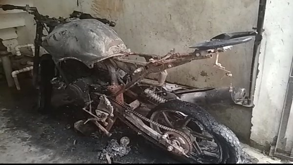 Girl set fire the bike of boyfriend in Moradabad