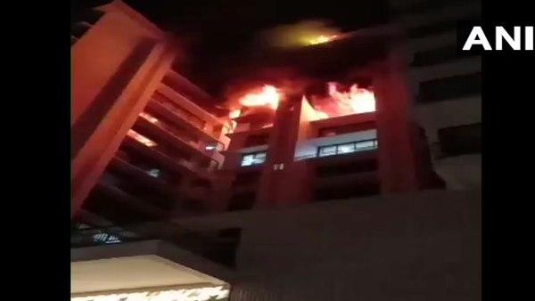 मुंबई: विले पार्ले इलाके की बहुमंजिला इमारत में लगी आग, मौके पर दमकल की 7-8 गाड़ियां