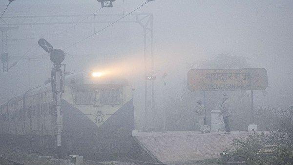 यह पढ़ें: कोहरे का कोहराम जारी, विजिबिलिटी 50 मीटर से कम, 22 ट्रेनें लेट, दिल्ली में पारा पहुंचा 8 डिग्री