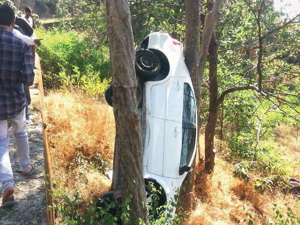 shocking Road Accident in gujarat, A Car parked between two trees
