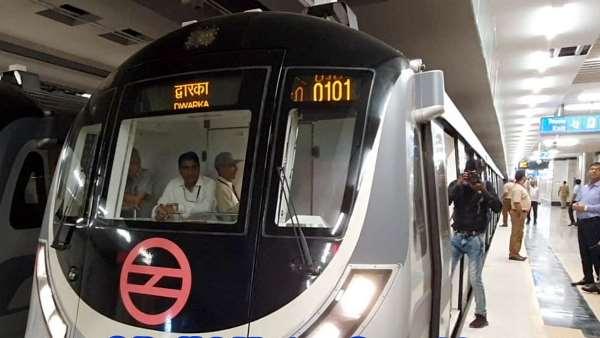 दिल्ली मेट्रो के द्वारका मोड़ स्टेशन पर ट्रेन के आगे कूदकर 50 साल के शख्स ने की खुदकुशी