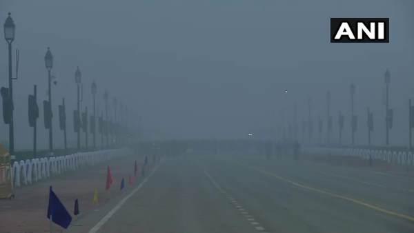 Weather: दिल्ली में छाया कोहरा और पहाड़ों में बर्फबारी से बढ़ी ठंड, आज इन स्थानों पर होगी बारिश