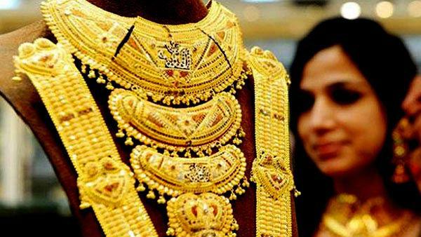 <strong>Budget के बाद पहली बार इतना सस्ता हुआ सोना, चांदी की कीमत 700 रुपए फिसली, जानिए आज 10 ग्राम सोने का भाव</strong>