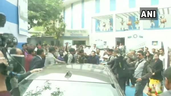 छात्रों ने बंगाल के राज्यपाल जगदीप धनखड़ की गाड़ी को घेरा, लगाए 'वापस जाओ' के नारे