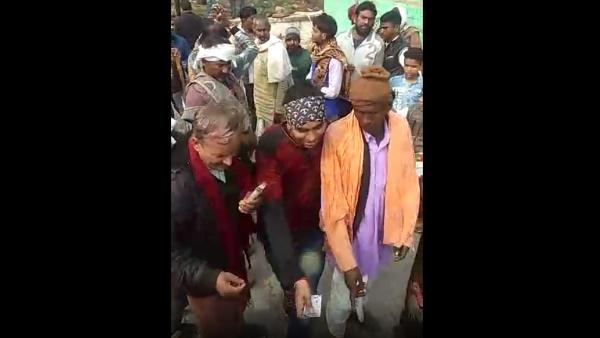 सरपंच चुनाव 2020 : राजस्थान में वोटरों को रुपए बांटते प्रत्याशियों के ये दो वीडियो हो रहे वायरल