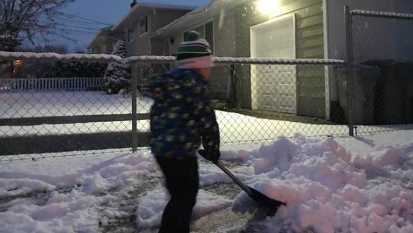 चीन: टीचर ने 3 घंटे तक बर्फ में जबरन कराया काम, अब काटनी पड़ सकती हैं उंगलियां