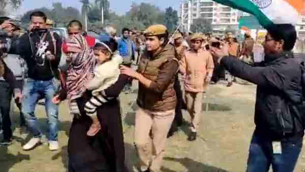 वाराणसी: CAA को लेकर बेनियाबाग में धरने पर बैठीं महिलाएं, पुलिस ने किया लाठीचार्ज