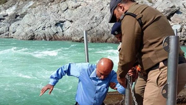 Justice of Uttarakhand High Court slipped while offering prayers sangam in Devprayag