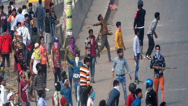 Delhi Violence: दिल्ली पुलिस का बड़ा फैसला, उपद्रवियों को देखते ही गोली मारने का आदेश