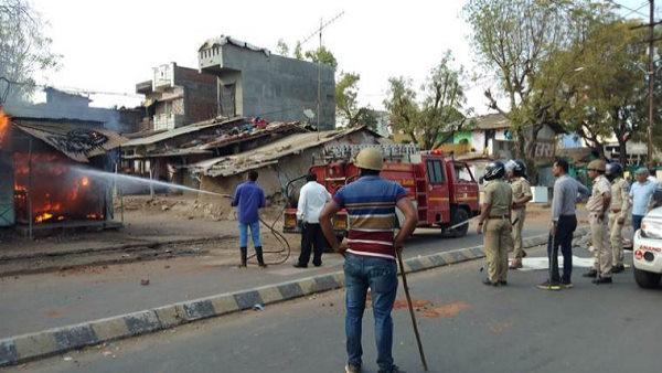 गुजरात में सांप्रदायिक हिंसा: 50 से ज्यादा दंगाई गिरफ्तार, छावनी में तब्दील हुआ खंभात
