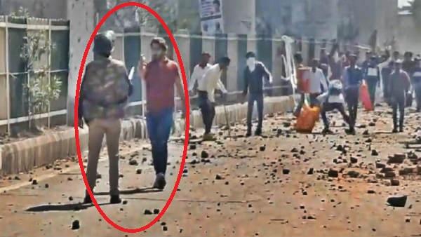 Delhi Violence: उपद्रवी ने तान दी छाती पर पिस्तौल, जाबांज पुलिसकर्मी अकेला भीड़ के सामने खड़ा रहा