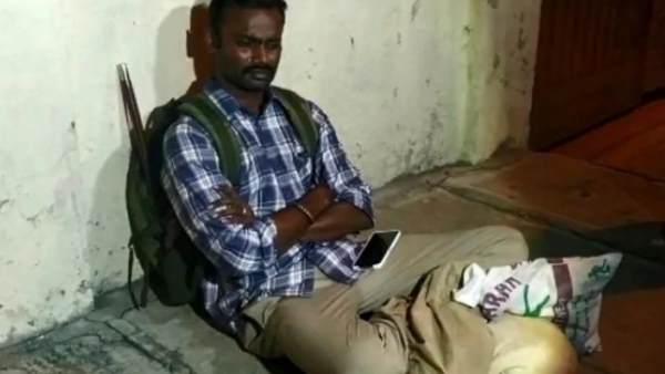 बेंगलुरू: बच्चों से मिलने नहीं दे रही पूर्व पत्नी, घर के बाहर धरने पर बैठा IPS अधिकारी