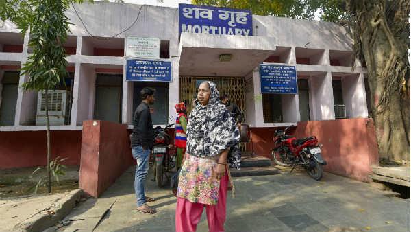 इसे भी पढ़ें- Delhi violence: अपने तो चले गए, अब शव के लिए इधर-उधर भटकने को मजबूर