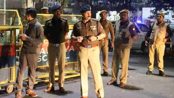 दिल्ली हिंसा के बाद यूपी के नोएडा में भी अलर्ट, डीएम ने दिए ये निर्देश