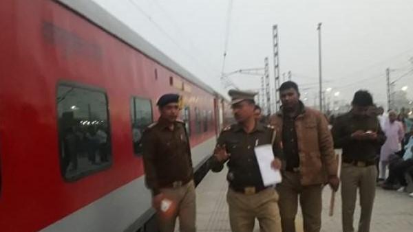 दिल्ली से पटना जा रही राजधानी एक्सप्रेस में बम की सूचना से हड़कंप, खाली करवाई गई ट्रेन
