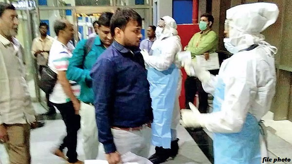 विदेश से गुजरात लौटे 2 लोगों ने 5 दिनों में 11 को कोरोना का पॉजिटिव मरीज बना दिया, कुनबे चपेट में आए